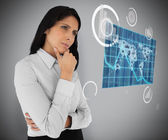 бизнес-леди, глядя на мировой карте голограмма — Стоковое фото