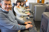 Clase de computación trabajando felizmente — Foto de Stock