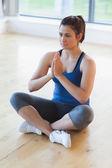 женщина, сидя в позе легко йоги — Стоковое фото