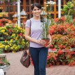 Woman carrying daisy plant - Foto de Stock