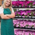 Floreria con los brazos cruzados en centro de jardinería — Foto de Stock