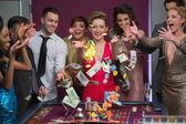Jogando fichas e dinheiro na mesa da roleta — Foto Stock