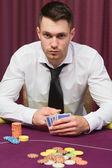 Man sitter vid pokerbordet — Stockfoto