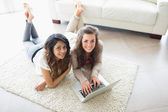 Two women using a computer — Stock Photo