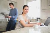 Ungt par i köket — Stockfoto