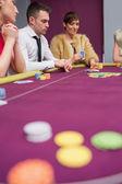 Donna ponendo scommessa al gioco del poker — Foto Stock