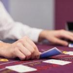 Händler, die Verteilung der Karten in einem casino — Stockfoto