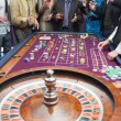 Standing at the roulette table — 图库照片