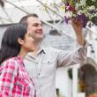 pareja admirando colgante cesta de flores — Foto de Stock