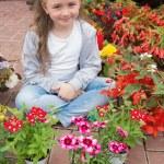 bambina con fiori intorno a lei — Foto Stock #23093034