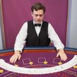 Händler mit aufgefächert Kartenspiel — Stockfoto