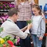 niña recibiendo un regalo de trabajador del centro de jardín — Foto de Stock