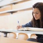 κορίτσι, διαβάζοντας ένα βιβλίο και συγγραφή σημειώσεων — Φωτογραφία Αρχείου