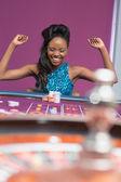 Femme de jeu à la table de roulette — Photo