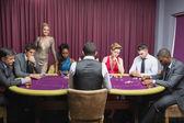 Sentado en la mesa de casino con mujer de pie — Foto de Stock