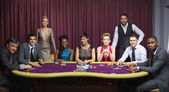 Goed geklede groep aan pokertafel — Stockfoto
