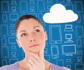 Kvinnan tänker på cloud computing — Stockfoto