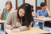 Kvinnan gör en examen — Stockfoto