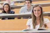 学生坐在演讲大厅微笑 — 图库照片