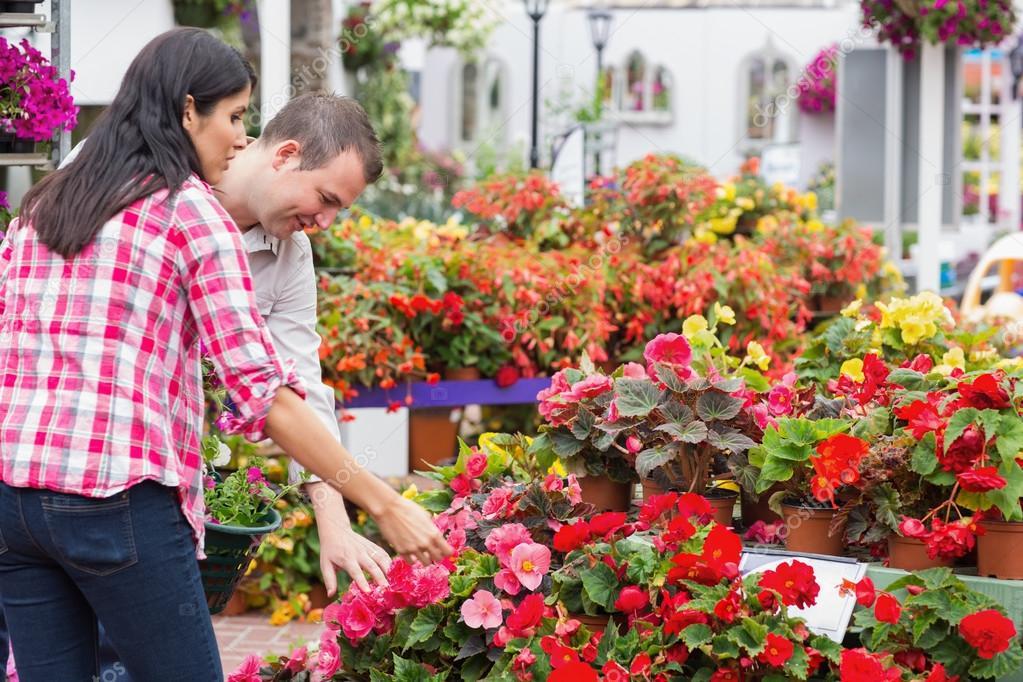 Casal escolher plantas no centro de jardim — Fotografias de Stock