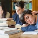 estudiante cansada descansando en biblioteca — Foto de Stock