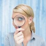 mulher olhando através de lupa — Foto Stock