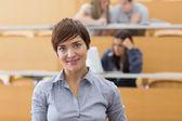 Mujer de pie en la sala de conferencias — Foto de Stock