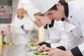 Aula de culinária na cozinha fazendo saladas — Foto Stock