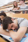 Étudiant, dormir à l'amphithéâtre — Photo
