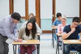Wykładowca, tłumacząc coś dla studenta — Zdjęcie stockowe