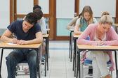 Studenter i tentamen hall — Stockfoto