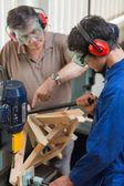 Hombre de pie en una máquina de perforación — Foto de Stock