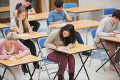 学生写作考试大厅里 — 图库照片