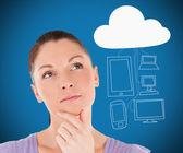 Kobieta, biorąc pod uwagę cloud computing — Zdjęcie stockowe