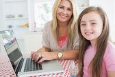 Laptop kızı ile tipik kadın — Stok fotoğraf