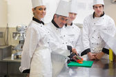 Trainee Chef's learning to cut vegetables — Stockfoto