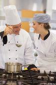 Lachende studenten en docenten die bespreken de soep — Stockfoto
