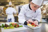 Chef-kok een aardbei aanbrengend de fruitsalade — Stockfoto