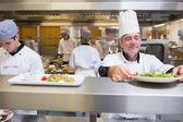 Chef-kok controleren salade — Stockfoto