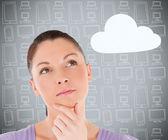 Brünette in anbetracht cloud-computing — Stockfoto