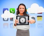 Geschäftsfrau stand halten einen tablet-pc zeigt um app-uhr — Stockfoto