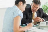 Business-mann und frau arbeiten am tisch — Stockfoto