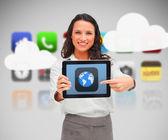 женщина, держащая символ мира показ цифрового планшета — Стоковое фото