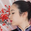 ruhige Frau, die traditionellen asiatischen Kleidung trägt — Stockfoto