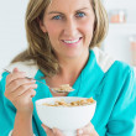 穀物を食べる女性 — ストック写真