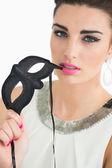 Kvinna klädd i sixtiesna stil håller en mask — Stockfoto