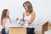 Matka a dcera rozbalení hrnky — Stock fotografie