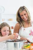 Anne ve kızı sebze hazırlama gülüyor — Stok fotoğraf