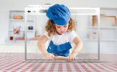 Digitale internet venster weergegeven: meisje in koken versnelling rollen gebak — Stockfoto