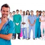 šťastný chirurg s zdravotnický personál za ním — Stock fotografie